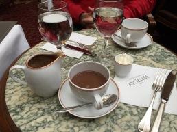 שוקולה-אפריקה בקפה אנג'לינה. השוקו הכי טעים בעולם.
