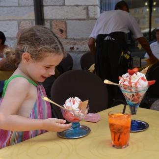 גלידה ענקית בגביע זכוכית