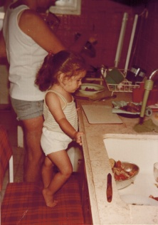 אני, 1979, בת קצת פחות משנתיים. אותו מטבח, רק מהצד השני ולפני השיפוץ.