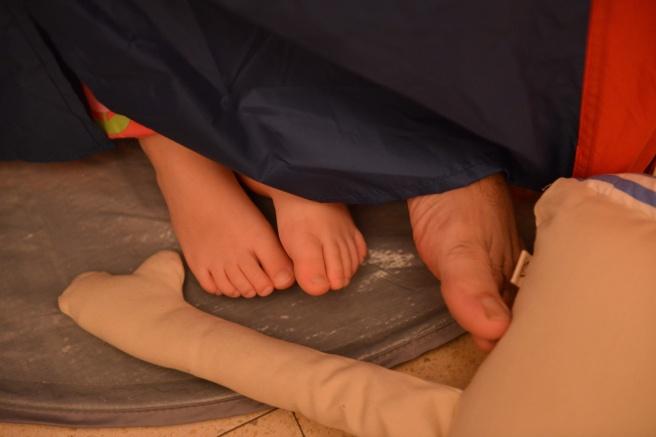 אבא ועלמה קוראים באוהל