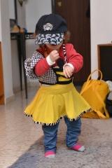 בגדי ריקוד של נטע בשילוב עם כובע ניינטיז