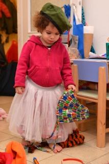חצאית של שפן, כומתה של צ'ה גווארה מקובה, כובע סיני משנות ה-60, וילדה אחת מתוקה