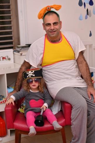 רם: חולצת בטן שלי וקשת גחלילית. עלמה: משקפי שמש וכובע פיראט של אחי