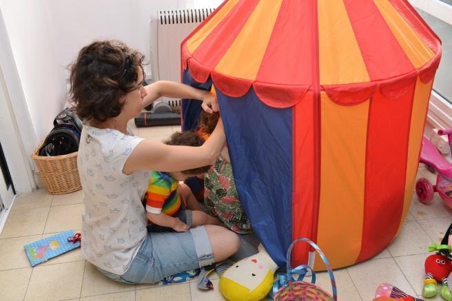 תסרוקת בתוך האוהל