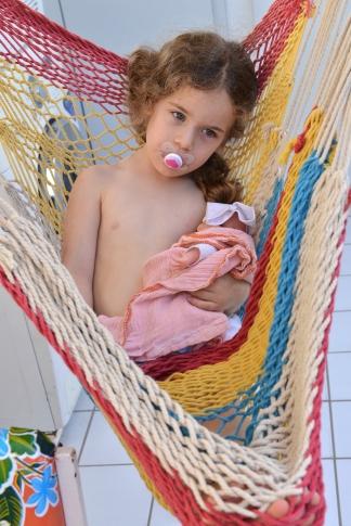 עלמה, בת כמעט ארבע. ימים אחרונים לפני הפרידה מהמוצץ