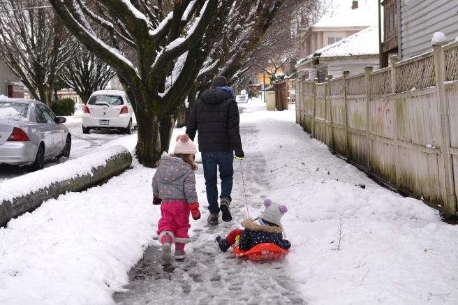 מחליקים על השלג בדרך לפארק