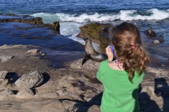 עלמה מצלמת בסן-דייגו