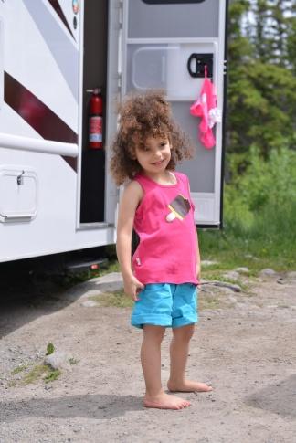 מרוצה מעצמה. נכנסה לבד לקרוואן ולבשה את הבגדים של עלמה