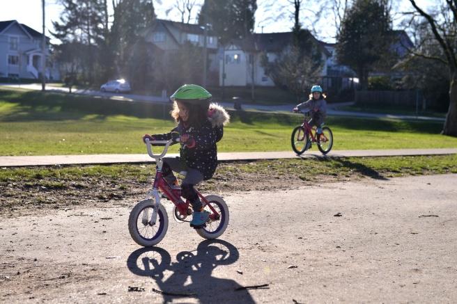 ילדות אופניים צילום גלית לוינסקי