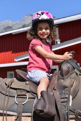 ילדה על סוס צילום גלית לוינסקי