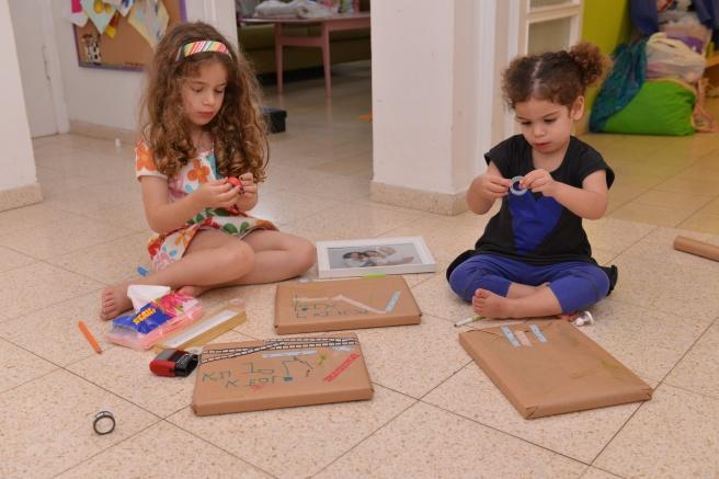 ילדות עוטפות מתנות צילום גלית לוינסקי
