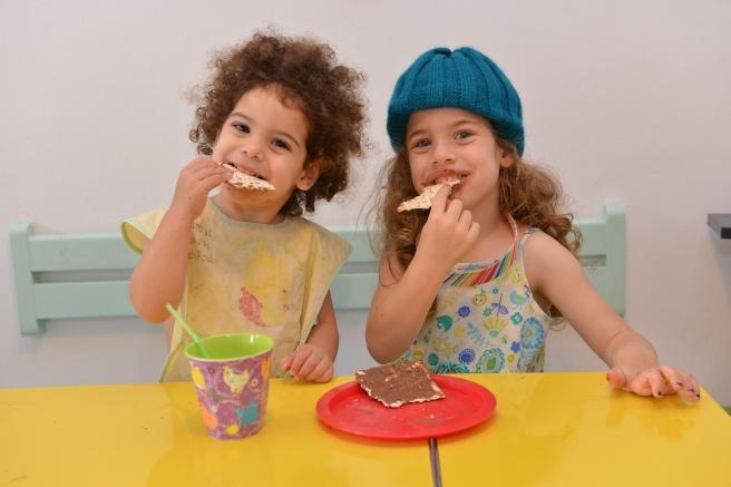 ילדות אוכלות מצה צילום גלית לוינסקי