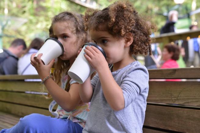 ילדות שותות צילום גלית לוינסקי