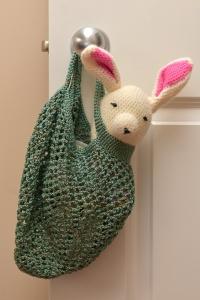 בובת ארנבת בתיק שוק רותם מזרחי